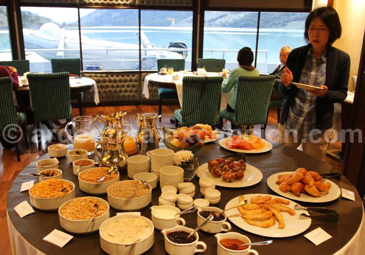 Petit déjeuner, bateau Santa Cruz