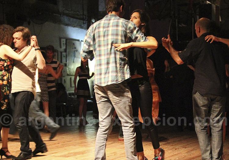 Danseurs de tango a la Milonga la Viruta