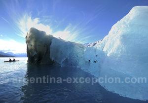 Kayak entre icerbergs et glaces