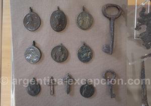 Médailles religieuses retrouvées lors de la restauration de San Ignacio Mini