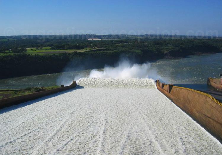 Barrage Itaipu entre le Brésil et le Paraguay