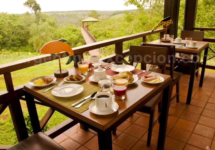Petit déjeuner en terasse, Posada Puerto Bemberg