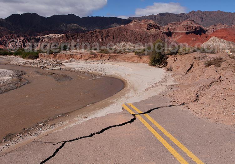 Route détruite par un déluge d'été, Quebrada Las Conchas