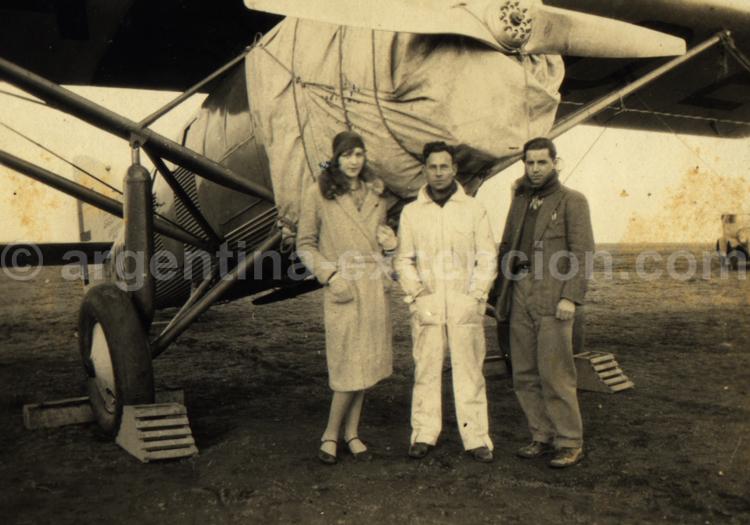 Pose photo devant le Laté 25. Archive Gilbert William Pellaton
