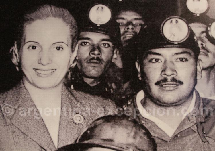 Evita avec des mineurs musée Evita de Buenos Aires
