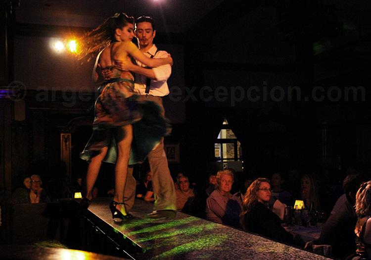 La danse dans le tango. El Querandi