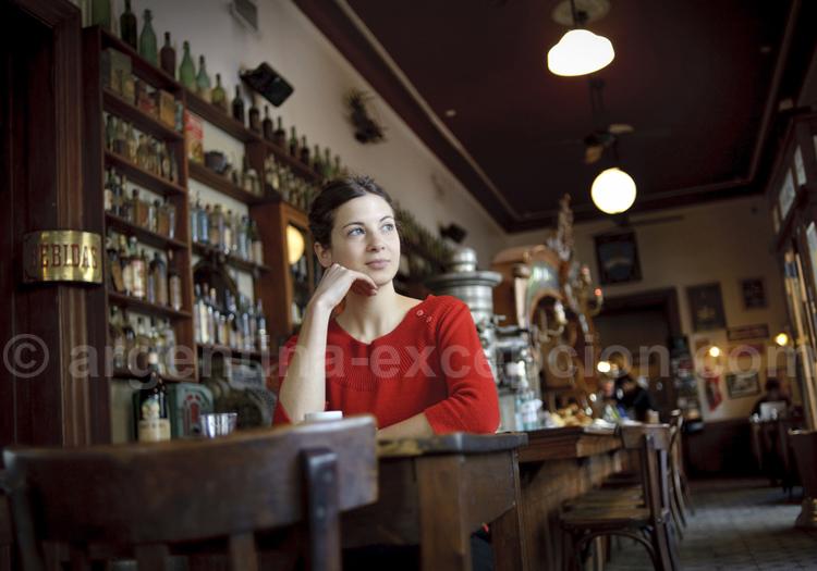 Trouver un emploi ou un stage en Argentine Woman in a typical bar of Buenos Aires. PHOTO: EZEQUIEL SCAGNETTI