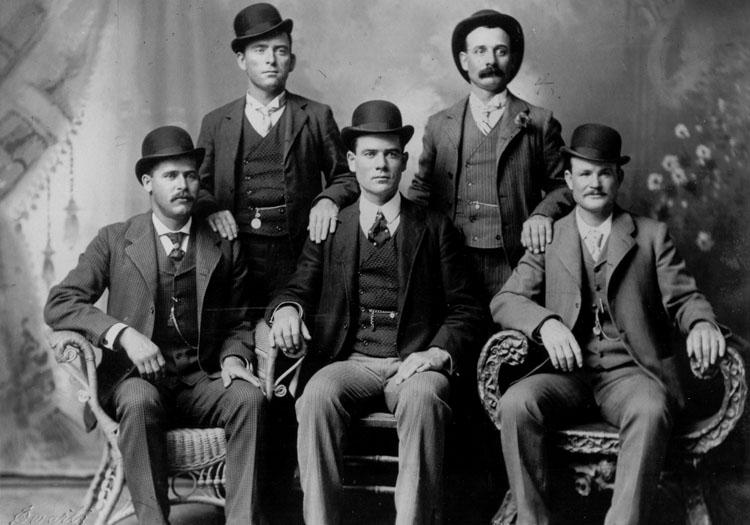 1er rang à gauche Sundance Kid, 1er rang à droite Butch Cassidy - 1900. Studio John Schwartz