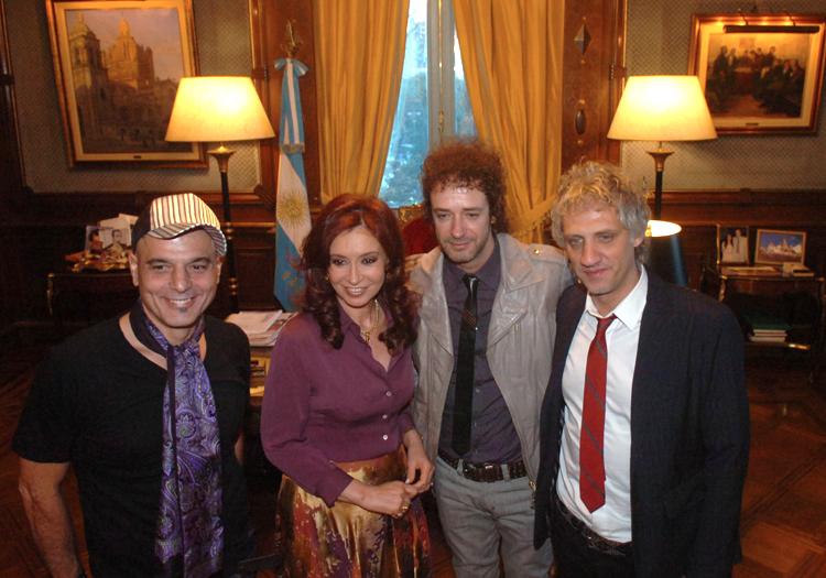 Cristina Fernandez et le groupe Soda Stereo, Crédit Wikimédia