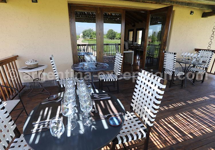 Dégustation de vin en terrasse à la bodega Decero, Cuyo, Mendoza avec l'agence de voyage Argentina Excepción