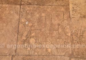 Art guarani sur une dalle de pierre