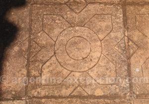 Forme géométrique sur une dalle, San Ignacio Mini