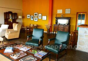 Salon des hôtes à Bahia Bustamante