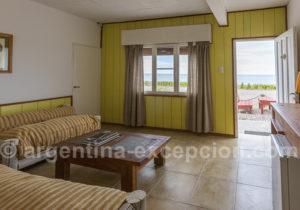 Living d'un bungalow à Bahia Bustamante