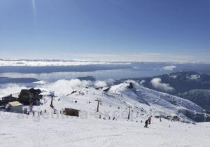 Skier avec vue sur le lac Nahuel Huapi