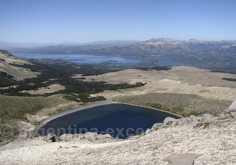 Cratere du volcan Batea Mahuida et lac Aluminé