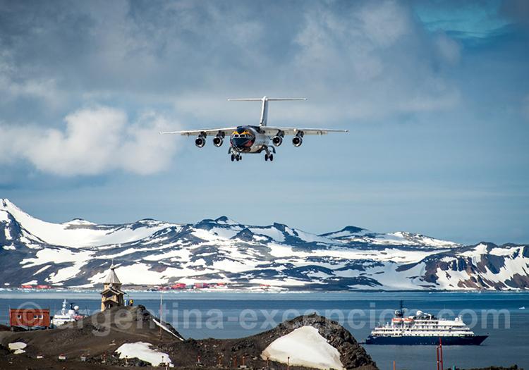 Arrivée en avion à l'île du Roi Georges, Antarctique