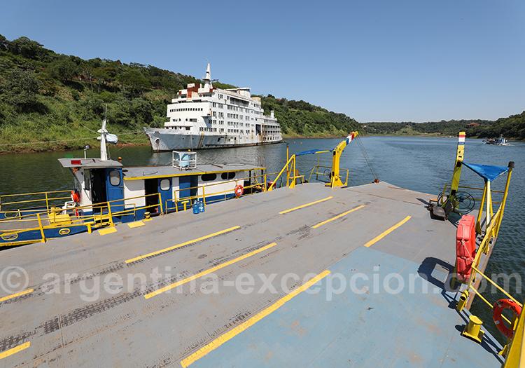 Traversée en barge du fleuve Paraná entre l'Argentine et le Paraguay