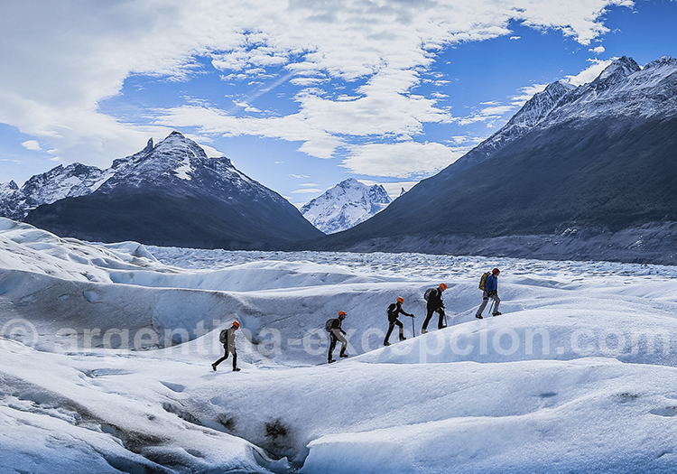 Trekking glacier Torres del Plaine